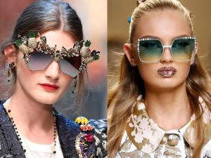 Merginos su saulės akiniais dekoruotais gėlėmis ir smulkiais brangakmeniais